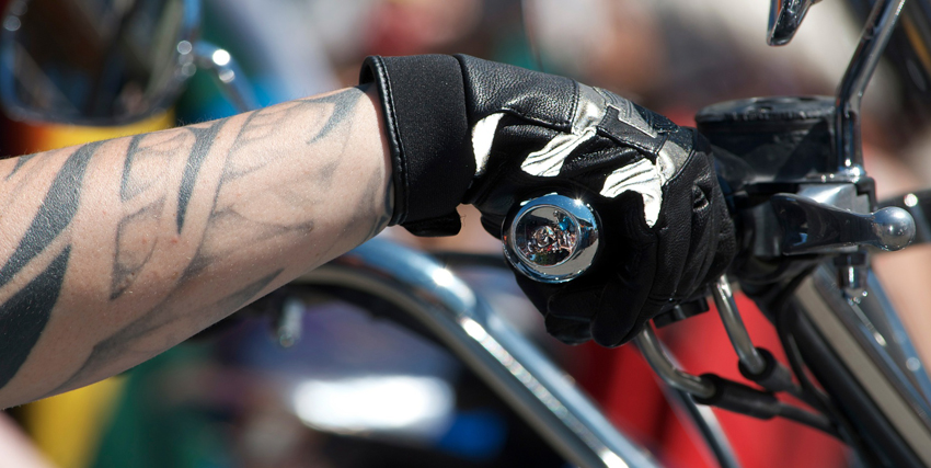 ¿Es obligatorio llevar guantes al conducir una moto?