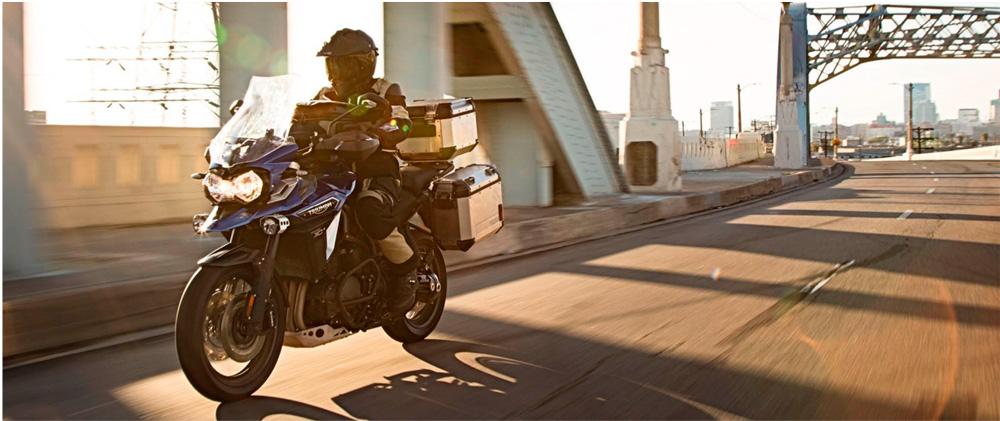 Motorista viajando en Triumph Tiger Explorer